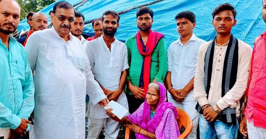 Basti News: समाजसेवी की नजर,  असहाय वृद्धा की मदद के लिए पहुँचे ई0 वीरेंद्र कुमार मिश्रा