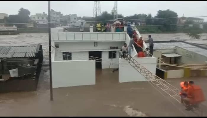 गुजरात में बारिश ने मचाई तबाही: राजकोट और जामनगर में भरा पानी, सड़क-घर सब डूबे, हार्दिक पटेल ने की कांग्रेस पदाधिकारियों व कार्यकर्ताओं से अपील