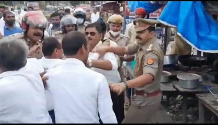 गोंडा में अधिवक्ताओं और पुलिस के बीच हुई हाथापाई: विरोध प्रदर्शन के दौरान अधिवक्ताओं ने नगर कोतवाल के ऊपर छोड़े हाथ, कुछ वकील और पुलिस कर्मी बीच-बचाव करते आए नजर