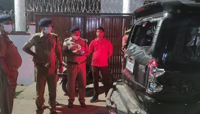 अयोध्या में गोलियों की तड़तड़ाहट से गूंज उठा इलाका: एसयूवी सवार हमलावरों ने युवक की गोली मारकर की हत्या, फायरिंग में दो बहनें घायल...लखनऊ रेफर , तलाश में जुटी पुलिस की चार टीमें